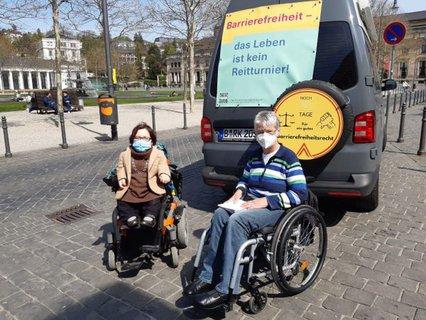 Dr. Sigrid Arnade im Gespräch mit Rika Esser am Mehr Barrierefreiheit Wagen am Kurhaus in Wiesbaden