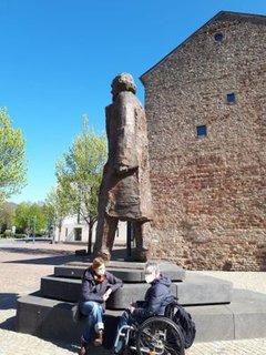 Dr. Sigrid Arnade im Gespräch mit Corinna Rüffer am Fuße der Karl-Marx Statue in Trier