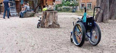 Barrieren am Spielplatz für Rollstuhlnutzer*innen