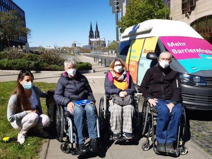 Rose Jokic, Dr. Sigrid Arnade, Ellen Kuhn und Horst Ladenberger am Mehr Barrierefreiheit Wagen mit Kölner Dom im Hintergrund