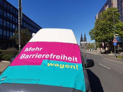 Der Mehr Barrierefreiheit Wagen in Köln mit Dom im Hintergrund