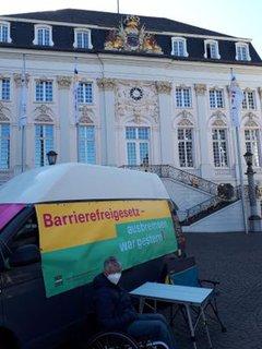Dr. Sigrid Arnade am Mehr Barrierefreiheit Wagen vor dem Bonner Rathaus