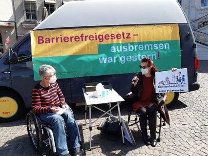 Dr. Sigrid Arnade im Gespräch mit Marion Frohn von der Behinderten-Gemeinschaft Bonn vor dem Bonner Rathaus
