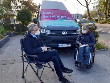 Dr. Sigrid Arnade im Gespräch mit Wilfried Oellers in Heinsberg vor dem Mehr Barrierefreiheit Wagen