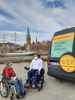 Dr. Sigrid Arnade im Gespräch mit Arne Frankenstein am Mehr Barrierefreiheit Wagen in Bremen