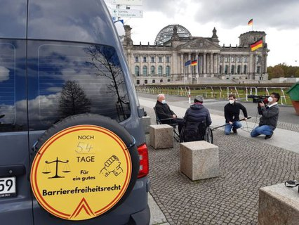 Mehr Barrierefreiheit Wagen mit Kamerateam und einem Gespräch mit Dr. Sigrid Arnade mit Peter Weiß vor dem Reichstag