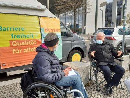 Dr. Sigrid Arnade im Gespräch mit Peter Weiß am Mehr Barrierefreiheit Wagen vor dem Reichstag