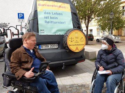 Dr. Sigrid Arnade im Gespräch mit Dr. Volker Sieger am Mehr Barrierefreiheit Wagen in Brandenburg