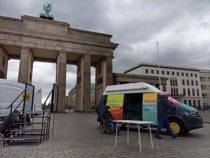 Aufbauarbeiten für Aktion am Brandenburger Tor zur Barrierefreiheit