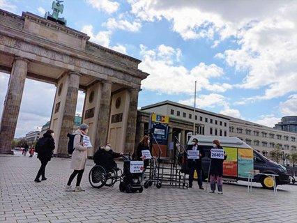 Bild von der Aktion der ISL am Brandenburger Tor mit einem Geldautomaten mit Stufen