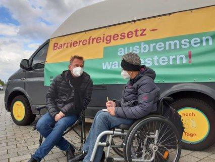 Dr. Sigrid Arnade im Gespräch mit Marc Nellen vor dem Mehr Barrierefreiheit Wagen am Brandenburger Tor