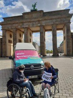 Dr. Sigrid Arnade im Gespräch mit Jessica Schröder am Mehr Barrierefreiheit Wagen vor dem Brandenburger Tor
