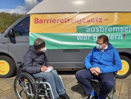 Dr. Sigrid Arnade im Gespräch mit Sören Pellmann am Mehr Barrierefreiheit Wagen vor dem Reichstag