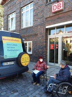 Dr. Sigrid Arnade im Gespräch mit Barbara Vieweg am Mehr Barrierefreiheit Wagen vor dem Westbahnhof in Jena