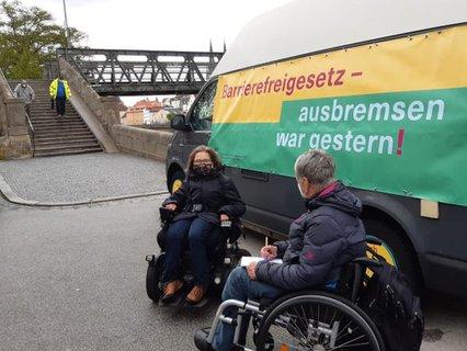 Dr. Sigrid Arnade im Gespräch mit Wiebke Richter am Mehr Barrierefreiheit Wagen in Regensburg
