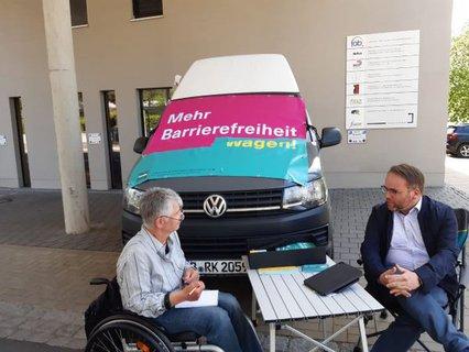 Dr. Sigrid Arnade im Gespräch mit Timon Gremmels am Mehr Barrierefreiheit Wagen in Kassel